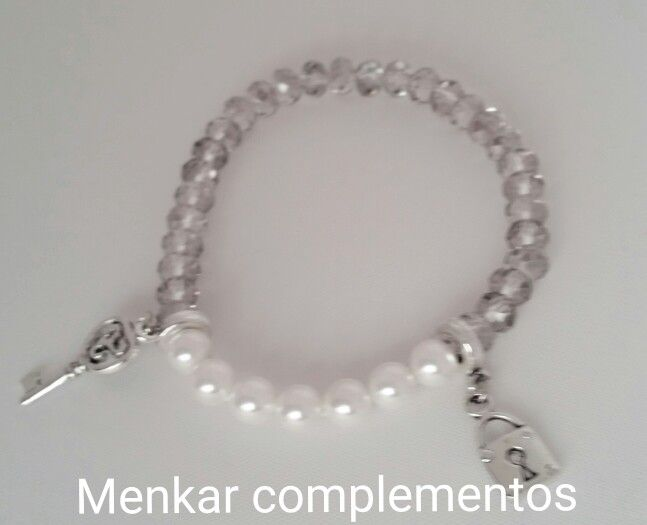 1d5b0e27e4f4 Pulsera de cristal gris humo con perlas centrales y charms llave y candado