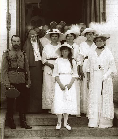 Front, from left to right: Tsar Nicholas II, Grand Duchess Anastasia and Empress Alexandra Feodorovna. Back row from left to right: suuriruhtinattaret Elizabeth Feodorovna (Empress Alexandra Feodorovna's sister, who started a nun), Maria, Olga and Tatiana