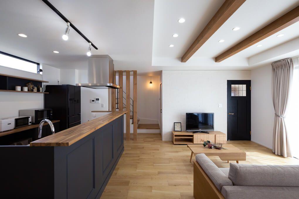 天井の梁が印象的なldk キッチンカウンターはオーダーで作製 色数を