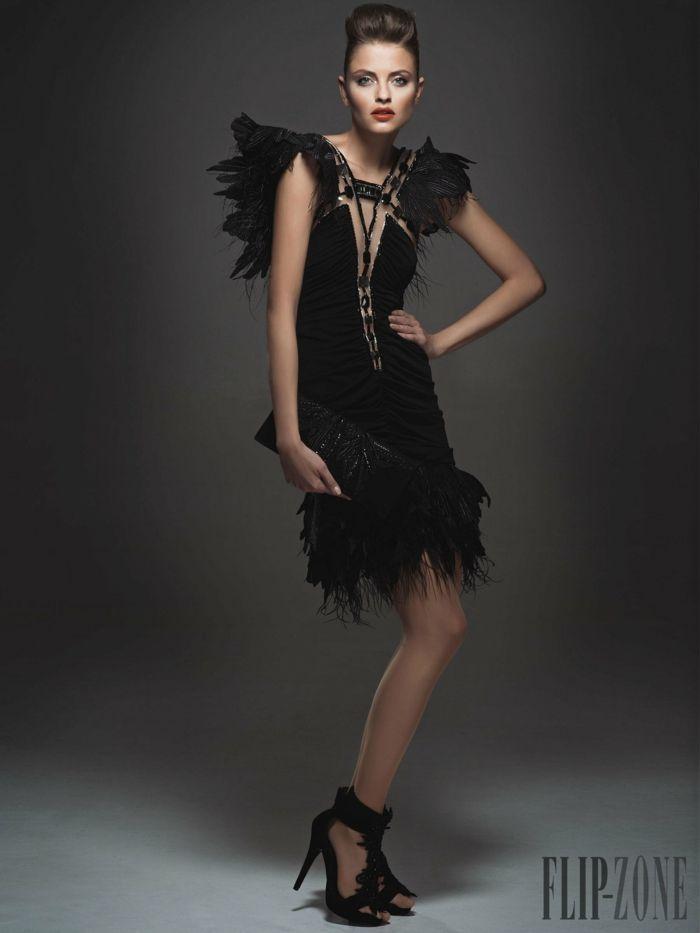 Schwarzes Cocktailkleid mit Federn und Perlen verziert, schwarze ...