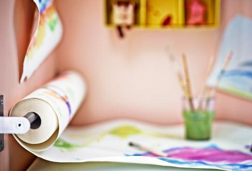 Küchenstange eine måla zeichenpapierrolle einer küchenstange abgerollt