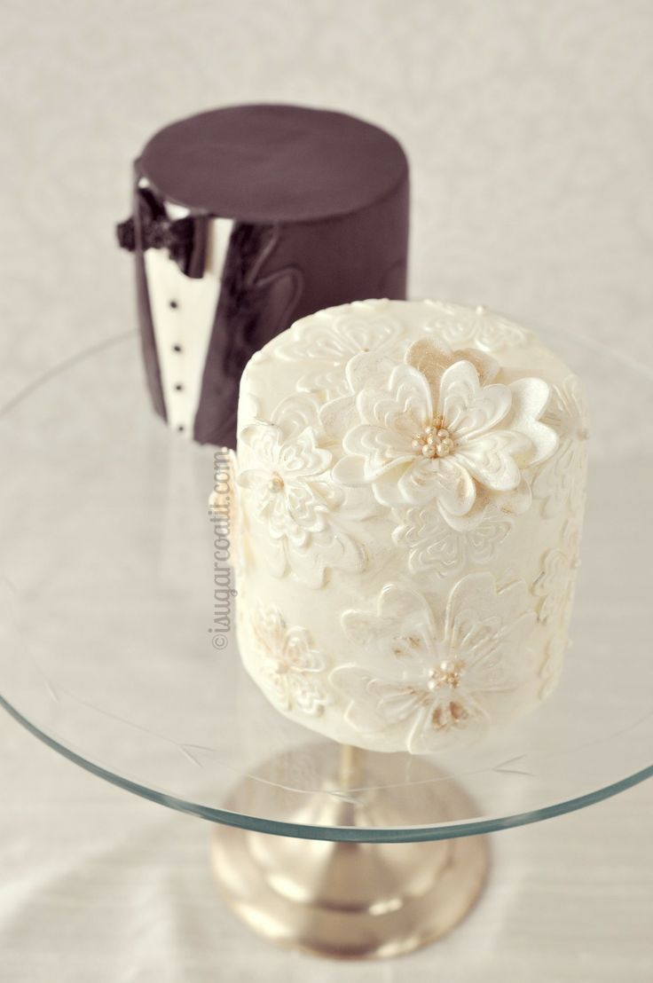 Mini Bride And Groom Wedding Cakes So Cute Wedding