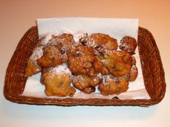 Fritole de Carneval. Il Carnevale Veronese è uno dei più antichi d'Italia. Giorni di gran festa in cui era consuetudine, nelle cucine delle famiglie più abbienti e nei forni della città antica, preparare dolci con farina, uova, mele ed uva passa, che venivano fritti (da cui fritole) nel grasso di maiale.