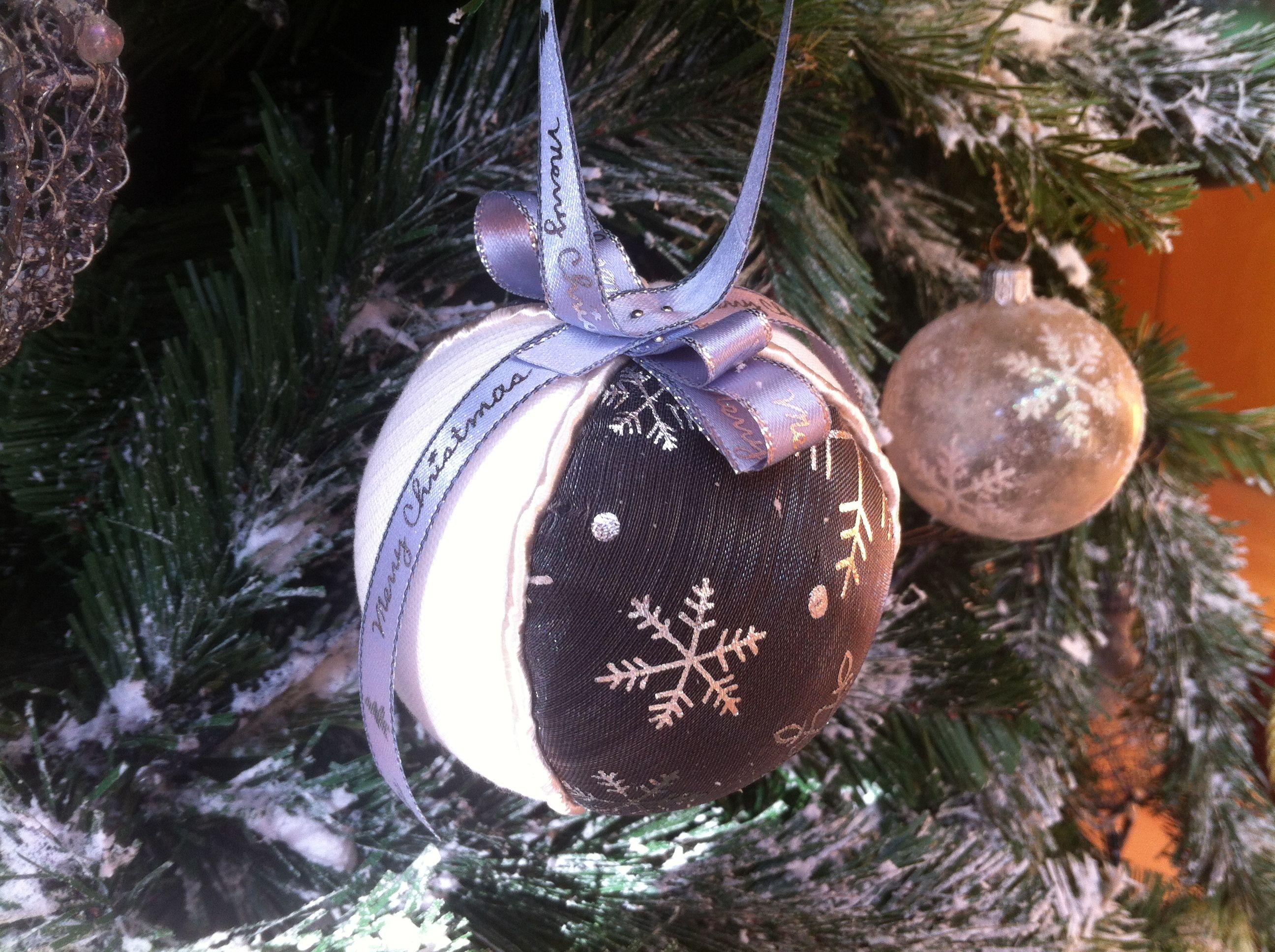 Bola decorativa de Natal. Revestimento a tecido e cordão. Diâmetro: 9cm