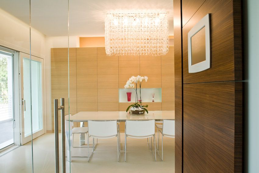 Zona living con armadio in rovere sbiancato. | Modern style ...