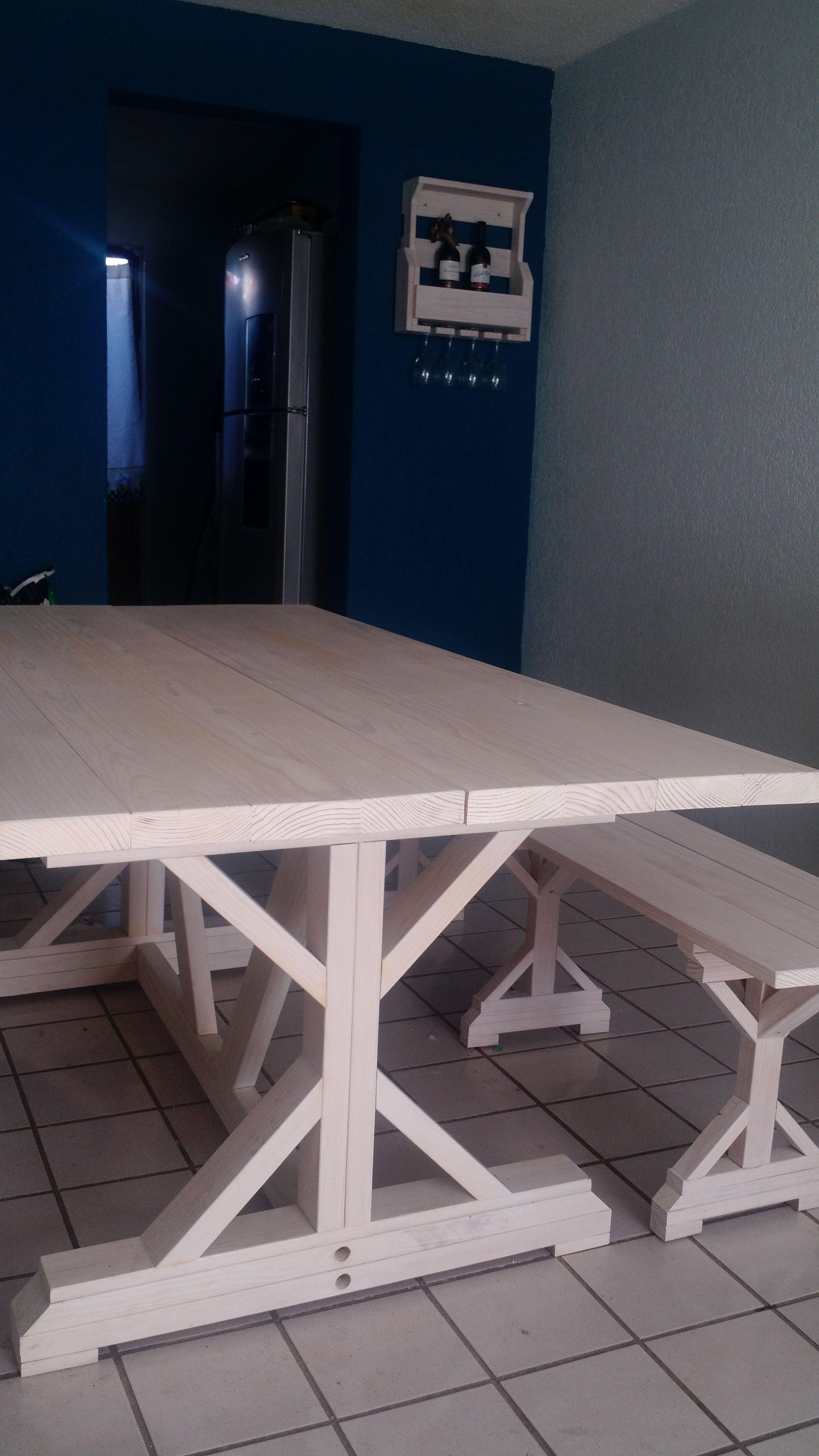 La mesa con su banca fueron con inspiración de pines la mini cava es