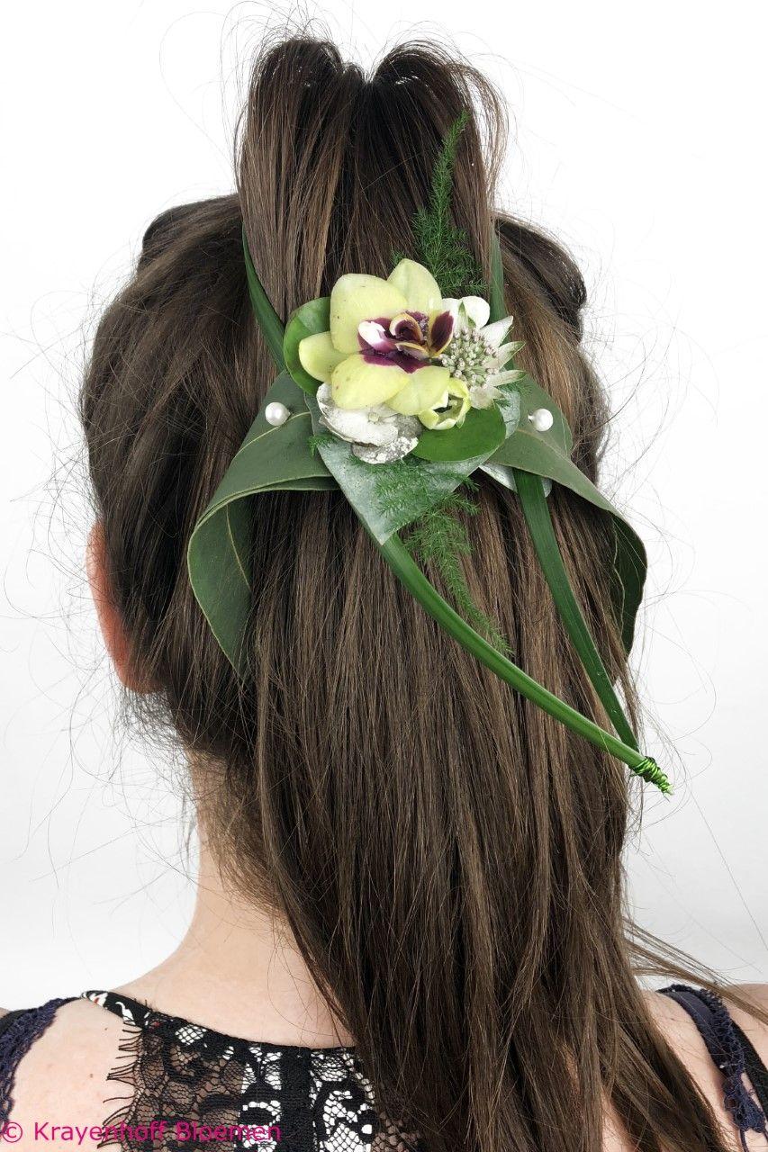 Haarcorsage Van Echte Bloemen Voor Als Haarversiering Voor Bruid Gemaakt Door Krayenhoff Bloemen Nijmegen Bruid Bruiloft Bloemen