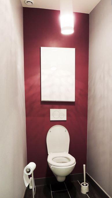 mur rouge et sol gris dans les toilettes  Home en 2019  Toilet Red walls et Bathroom colors