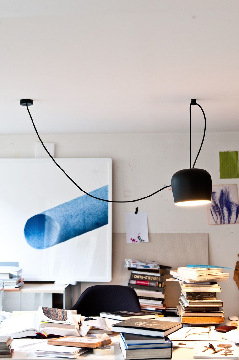 Una lámpara que ofrece una infinita variedad de regulaciones, para satisfacer las diversas exigencias de iluminación. La lámpara AIM de Flos es una propuesta que se coloca en el espacio – como haría una planta – gracias a sus largos cables que facilitan libremente la orientación y altura de la luz. Puedes conectar hasta cinco aparatos para crear tu propia lámpara personalizada. Solo 390€ (IVA INCLUIDO) hasta fin de existencias.