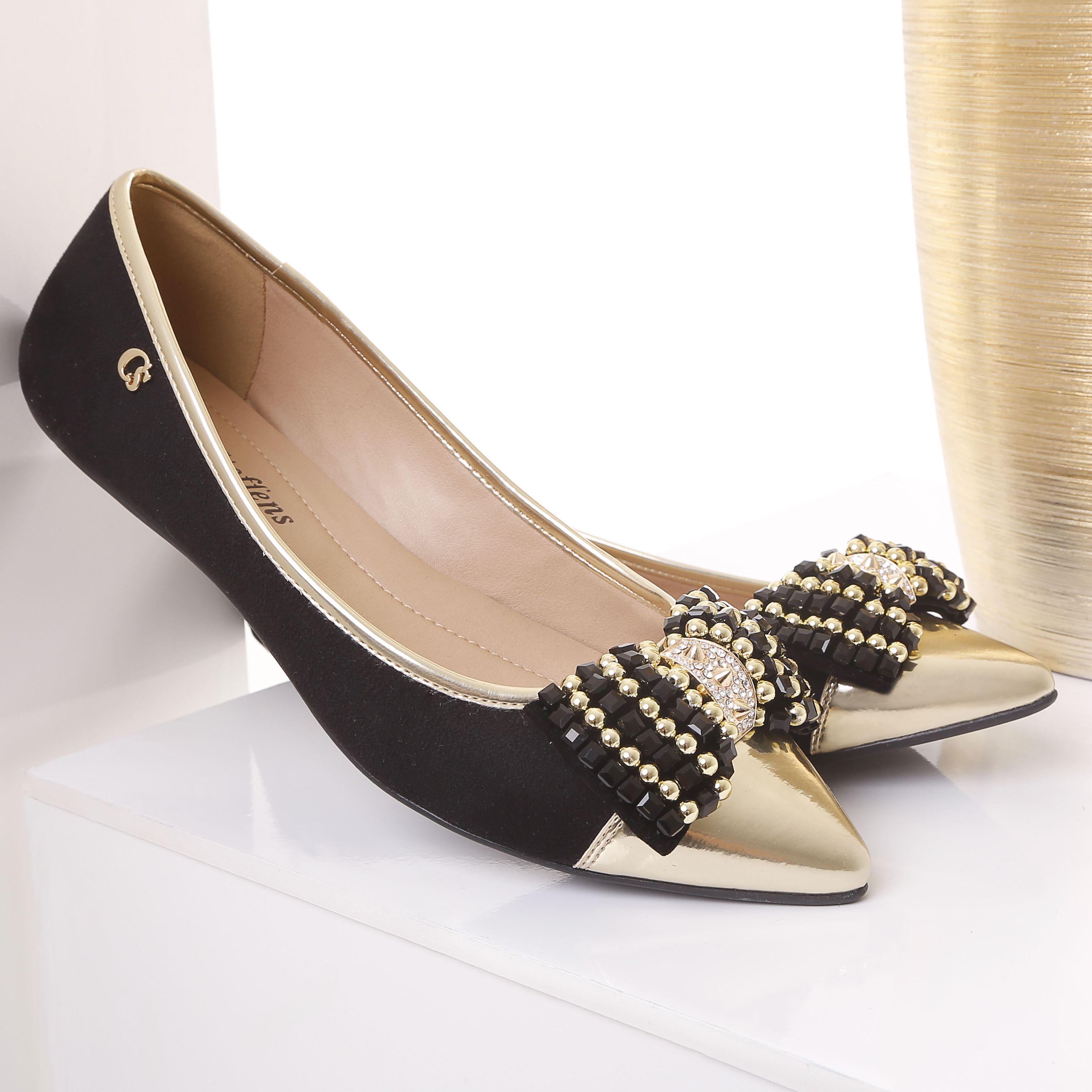 A escolha perfeita: sapatilhas! Essa com laço trabalhado e cor versátil, black, é perfeita tanto para o dia a dia, quanto para a noite. Use e abuse delas ❤.