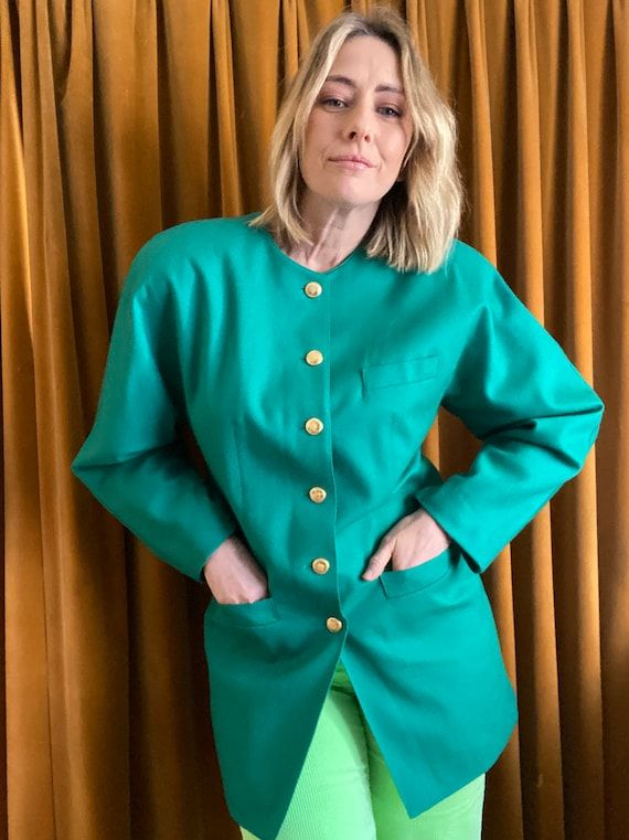 Such a beautiful blazer ! Just a bit too big for me. Kelly green colour which is so on trend right now! Superfine 100% pure wool Fully linedBig shoulder padsGold tone buttonsExcellent vintage condition Size 12-14MAKERS LABEL – Betty Barclay SIZE LABEL - 38/GB 12/Italy 44FABRIC - Pure New WoolVintage garments are one-of-a kind and may show minimal signs of pre-loved wear. I will photograph and describe anything major. Please use the measurements provided below to ensure a proper fit. Compare the