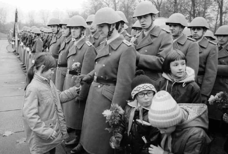 Vereidigung der Volkspolizei ( VP ) am Sowjetisches ...