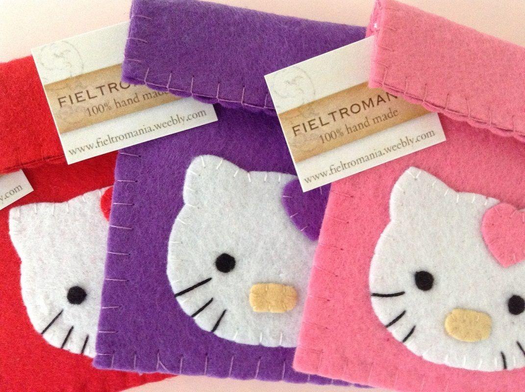 Monederos Hello Kitty de Fieltro  Coquetos monederos confeccionados en fieltro y disponibles en varios colores.  Ideal como detalle para cumpleaños, comuniones o fiestas infantiles.