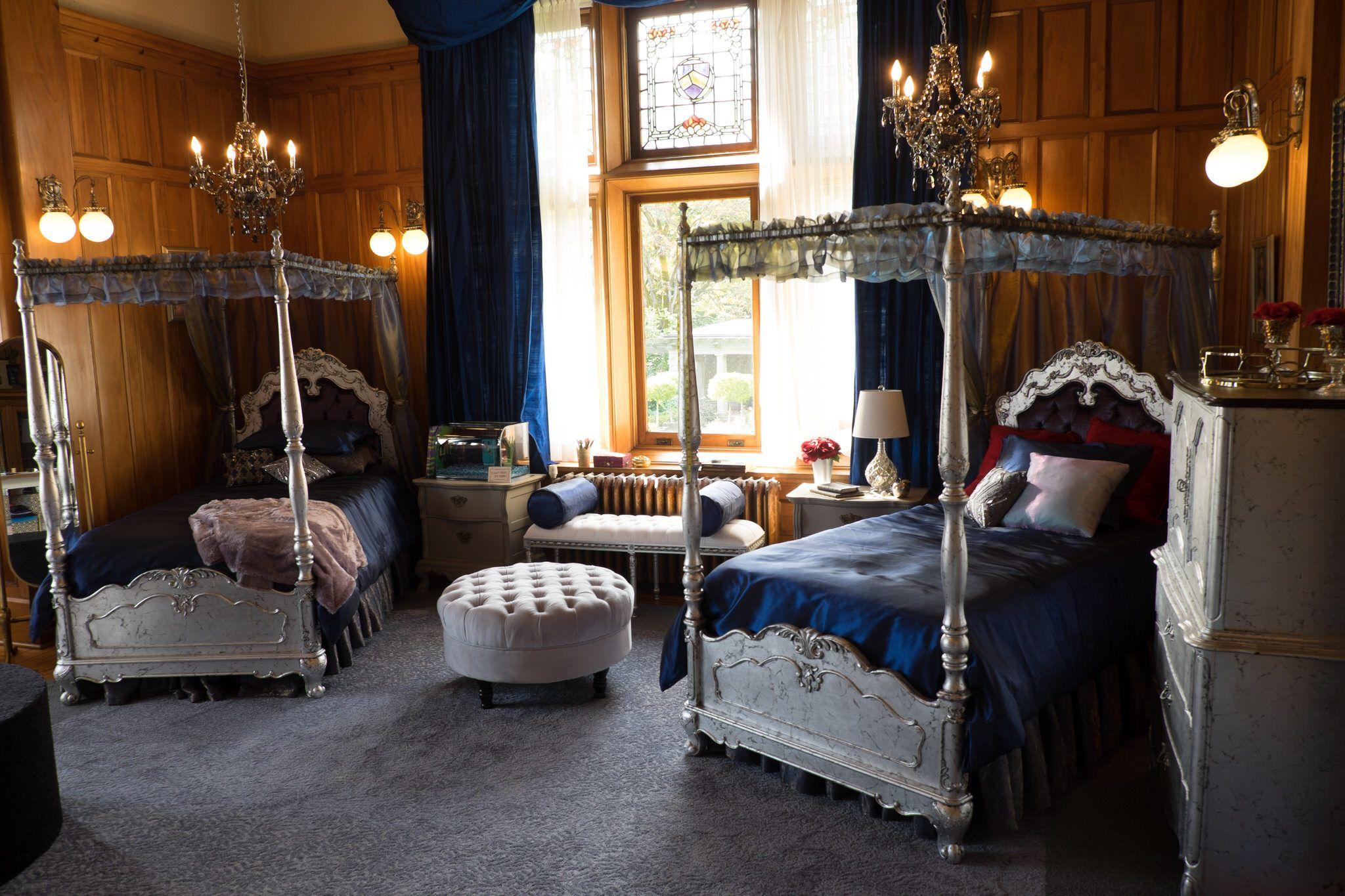 Descendant S 2 Returns To The Vk Girls Dorm Room Where Evie Sofia Carson Has Brought Her Own Super Sophisticated Isle Styl Descendants Descendants 2 Design