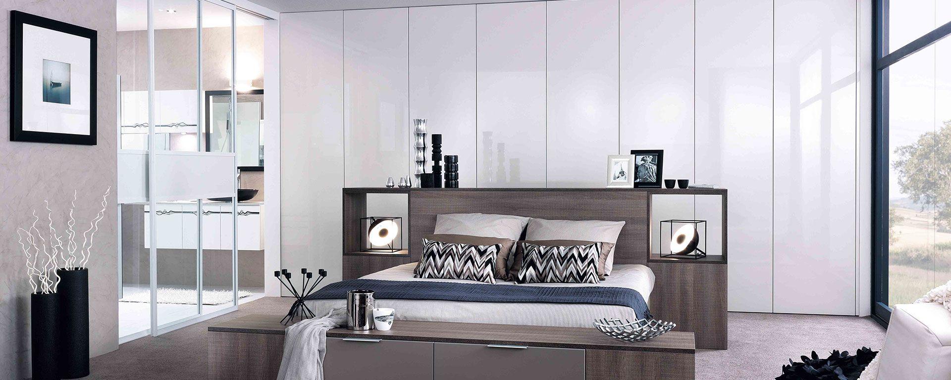 Linéaire, façade verni, blanc brillant. Tête de lit mélaminé, chêne scié gris structuré.