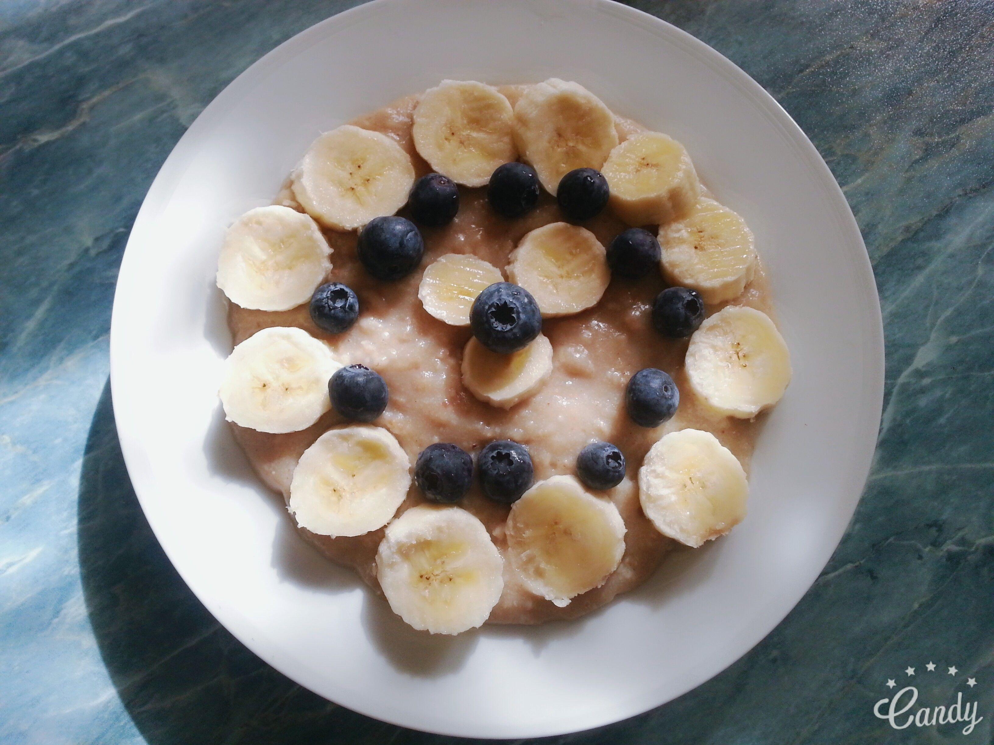 Mein Lieblingsfrühstück: Haferbrei mit Bananen und Blaubeeren. Vegan, fettarm, lange sättigend und gesund, magenschonend und kalorienarm. Mehr Tipps und Rezepte findet ihr unter www.greenliving1.jimdo.com und auf Youtube unter Green Angel (Green Living)