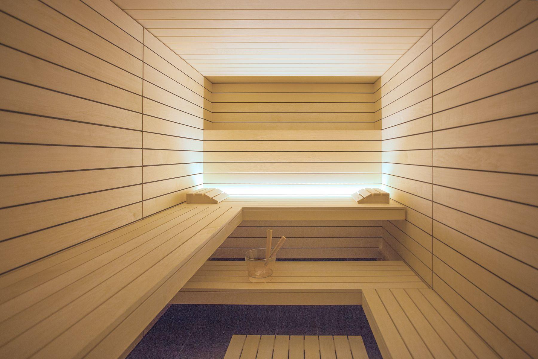 Stylishe Designsauna Mit Klaren Linien Effektvoll In Szene Gesetzt Durch Die Indirekte Beleuchtung Diy Sauna Wohnen Sauna