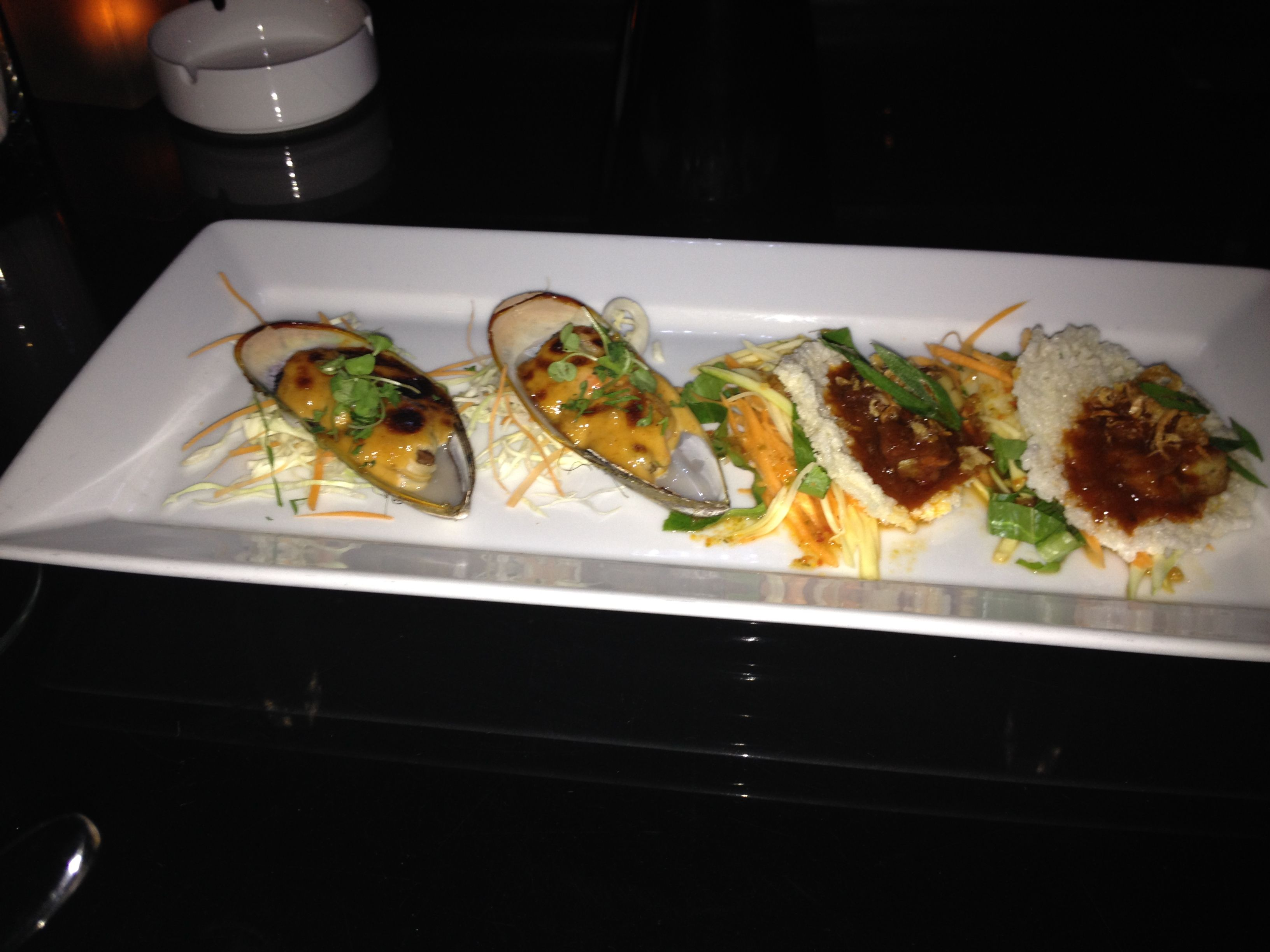 Green Mussels with garlic gratin! Longtable restaurant (Bangkok)  http://tasteandgo.blogspot.com.es/