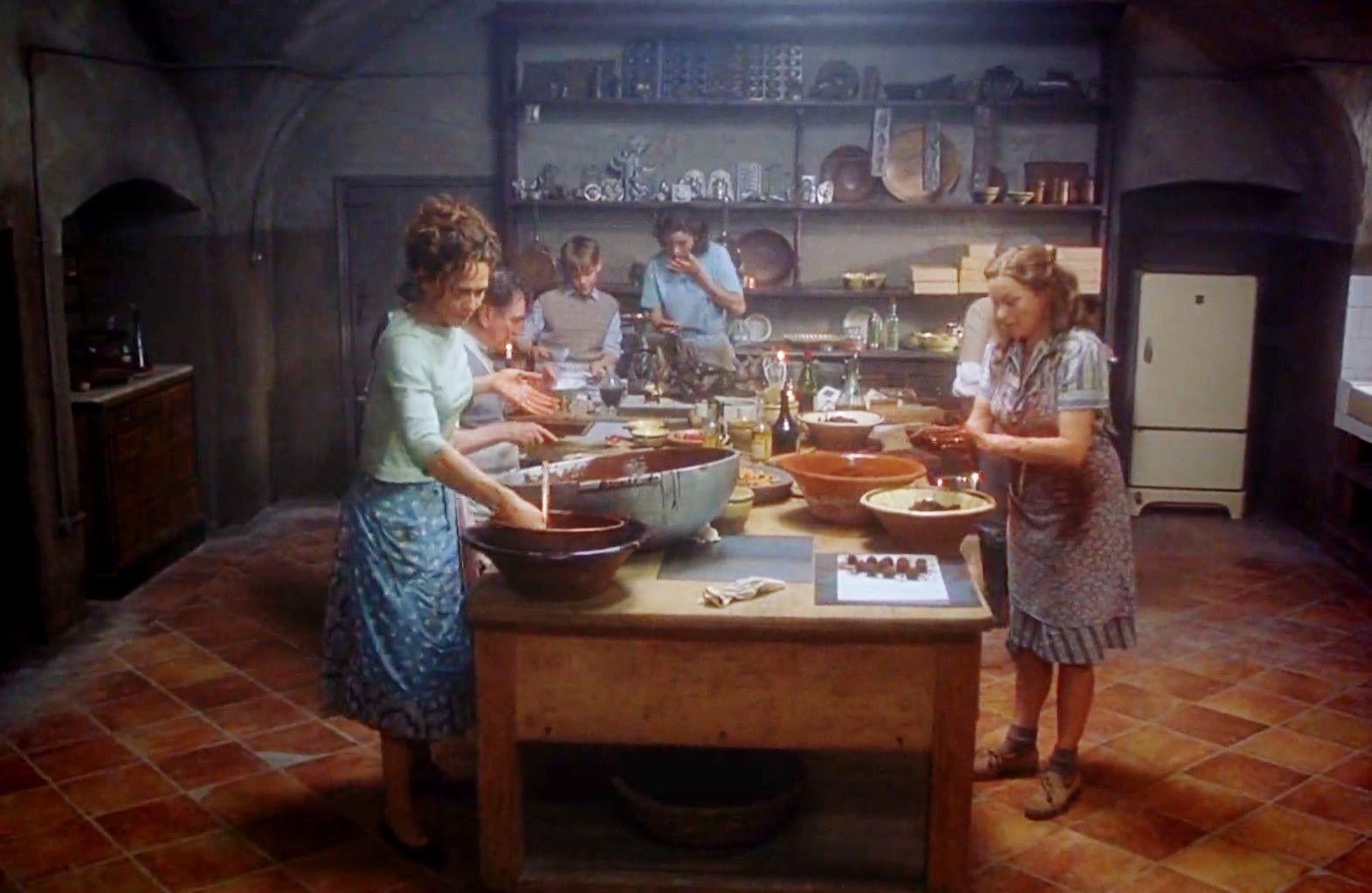 vianne chocolat Chocolat è una dolcissima commedia che racconta la storia della girovaga vianne e della sua figlioletta anouk arrivate in un piccolo e disperso paesino della.