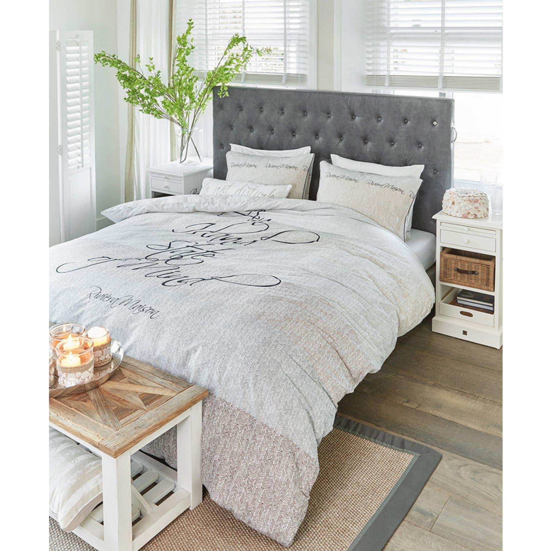 Slaapkamer in landelijke stijl met het mooi Rivièra Maison ...