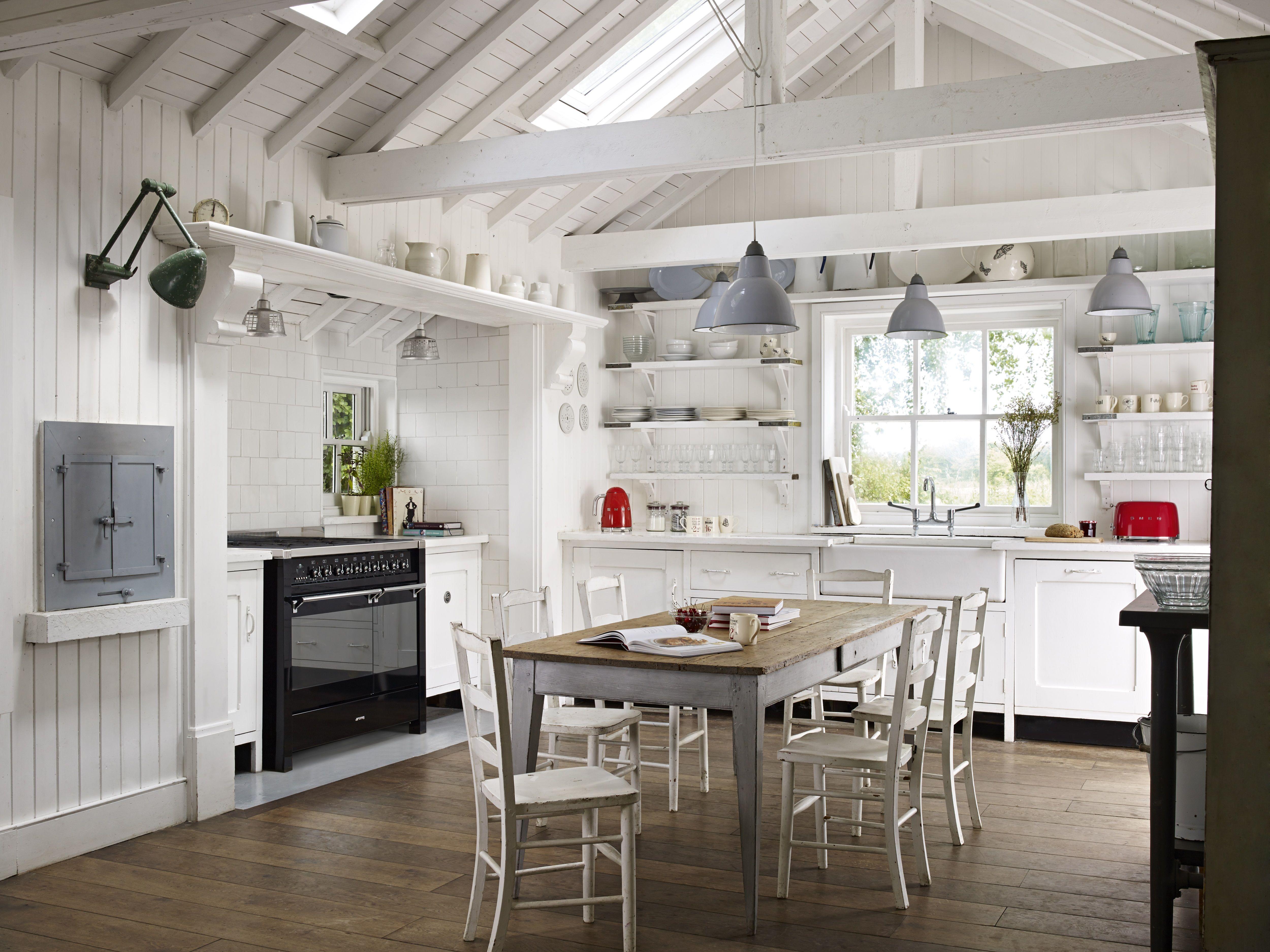 k che in wei mit lichtdurchflutetem dach und offenem raum nach oben mit schwarzem opera. Black Bedroom Furniture Sets. Home Design Ideas