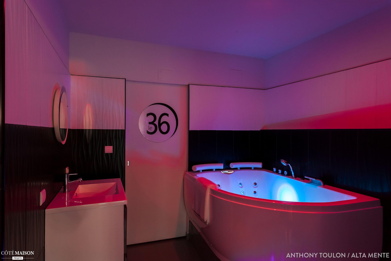 Chambre d 39 h te en noir et blanc quelques touches de rose - Chambre d hote couleur bois et spa ...