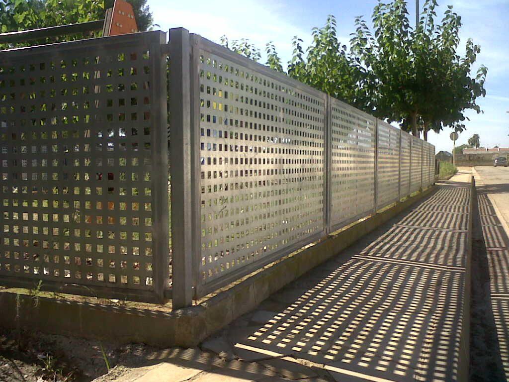 Verja residencial de hierro verja chapa perforada acabado for Casetas de hierro galvanizado