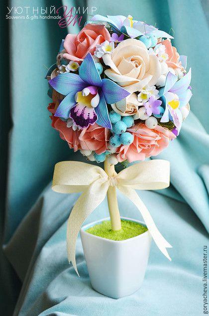 Купить или заказать Топиарий 'Голубая орхидея' в интернет-магазине на Ярмарке Мастеров. Работа выполнена по индивидуальному заказу. Крона топиария полностью из рукотворных цветов, материал ревелюр, с авторской окраской. Розы, орхидеи, ландыши и мини-колокольчики. Высота - 30см, крона около 15см. В композицию добавлены ягоды искусственные в сахаре. Бантик из шелка с красивым жаккардовым рисунком. Топиарий выполнен в единственном экземпляре.…