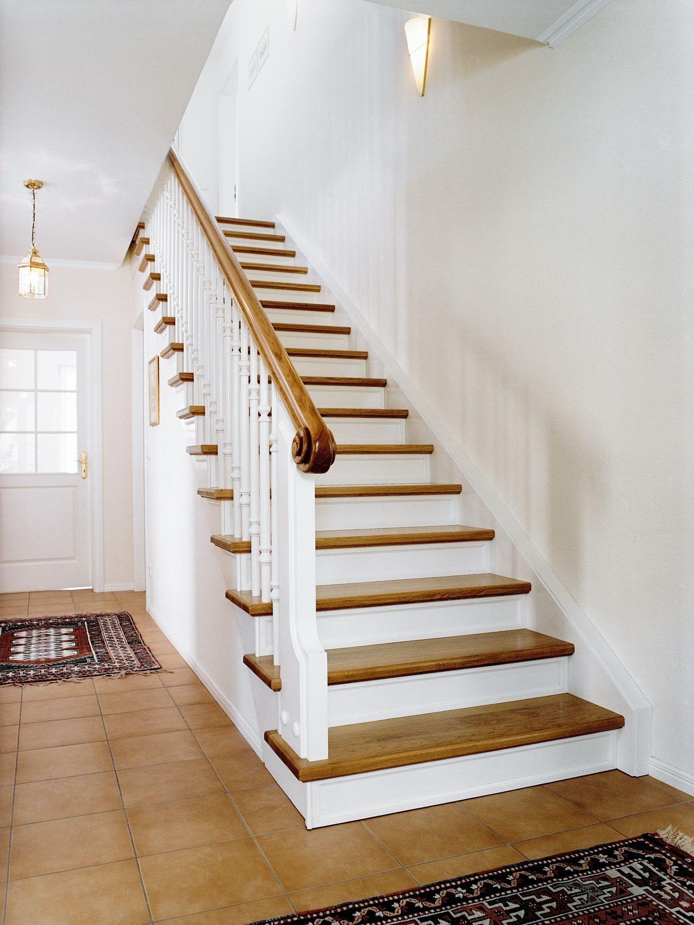 Gerade Eichenholztreppe Die gerade Treppe aus Eichenholz ...