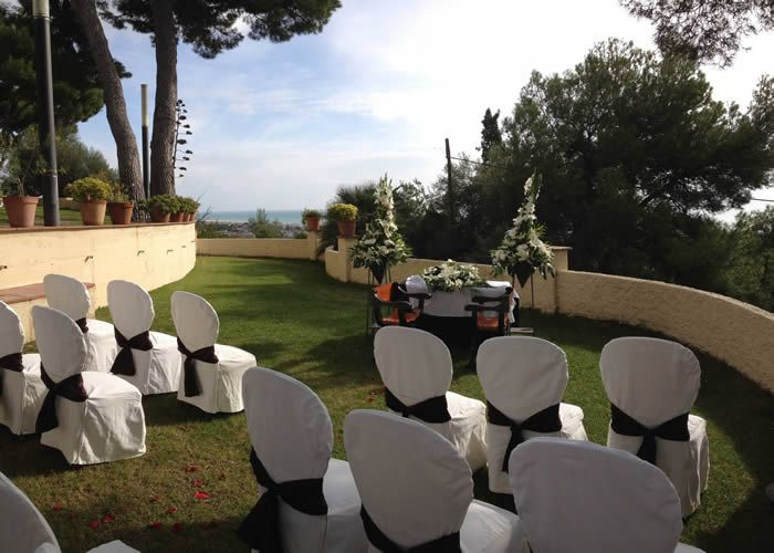 Ceremonia en los espectaculares jardines de gran hotel rey for Jardines espectaculares