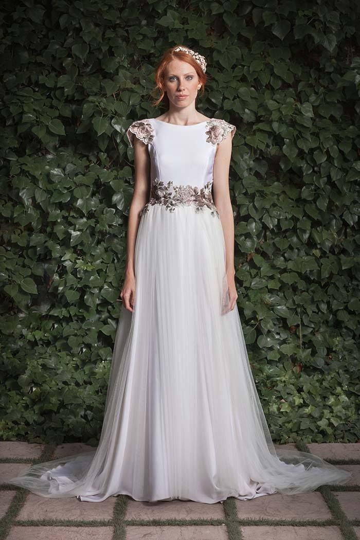 Dulce y femenino. Este vestido de inspiración romántica está elaborado en crepé de seda y falda plisada de tul sedoso con acabado en cola bordada. Destacan los toques de color en la cintura, el hombro y la espalda.