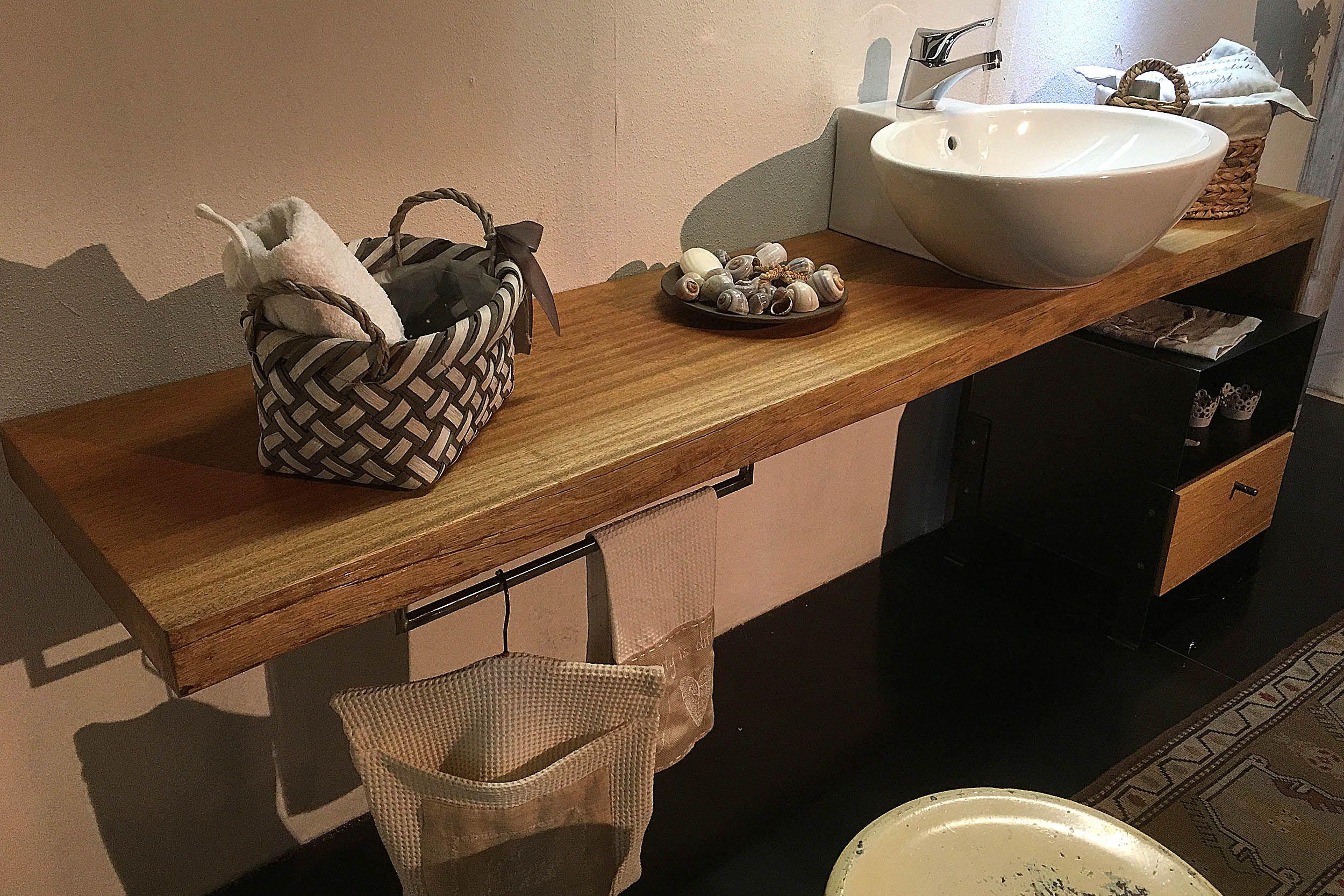 Piana bagno realizzata in legno di Mogano con particolare
