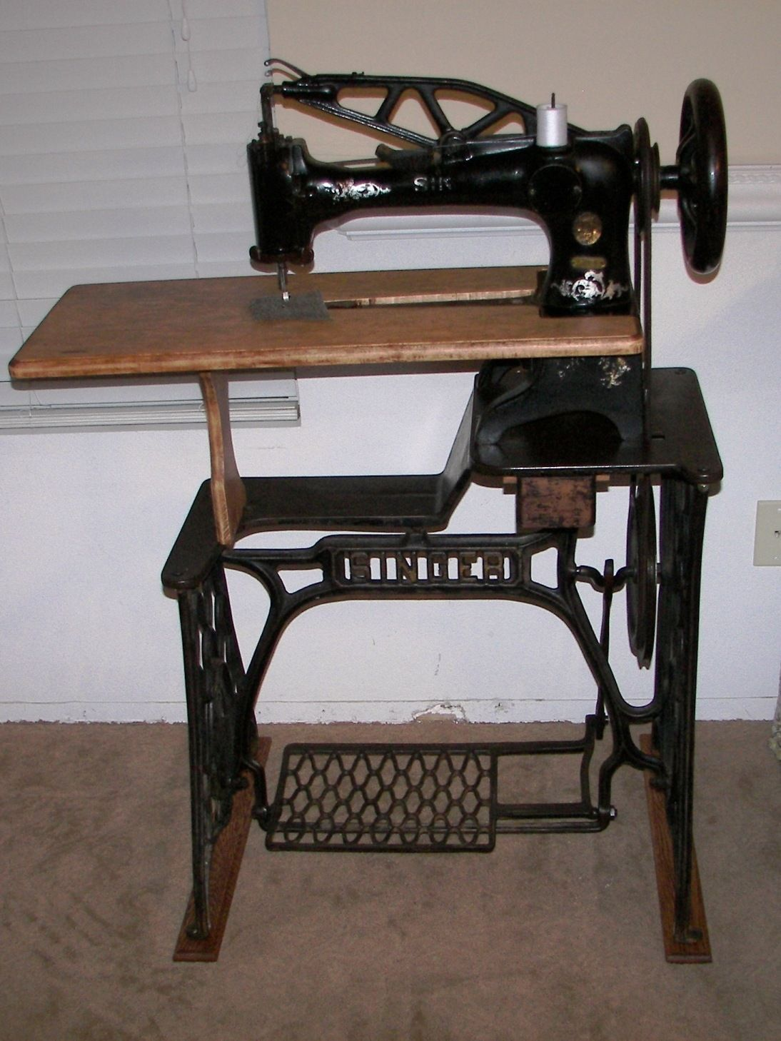 dating a singer sewing table Sewing antique & collectable most pieces collected today date from the nineteenth and early antique singer sewing machine oak cabinet drawer frame parts to.