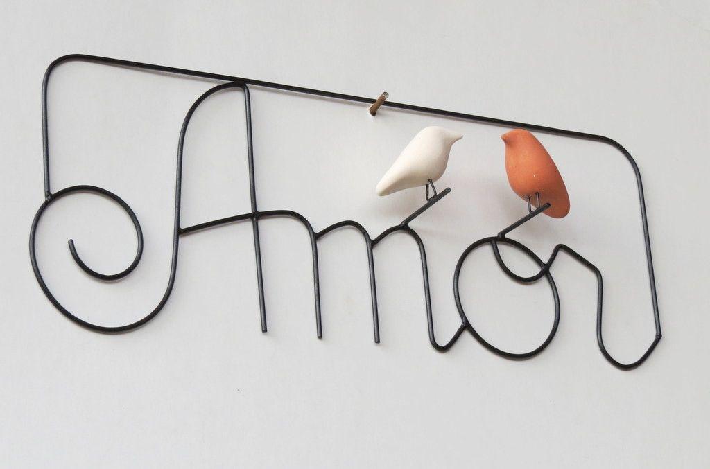 Palavra Amor em arame com pássaros de cerâmica (sem esmalte) para pendurar.