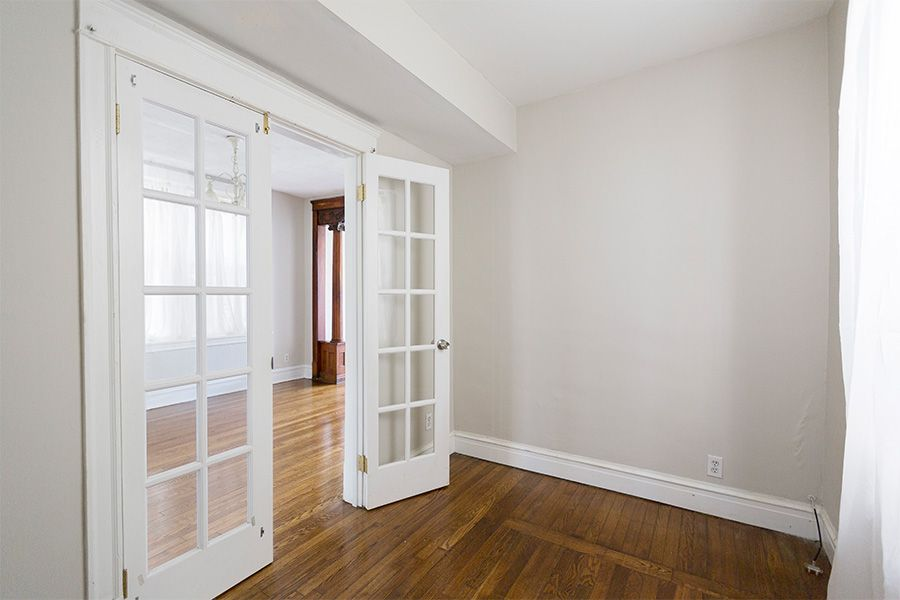 French Doors Give This Vintage 1 Bedroom Plus Den For Rent In Wicker Park A Fresh Look French Doors Home Apartment