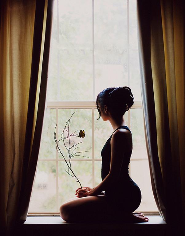 Красивая картинка девушка в окне