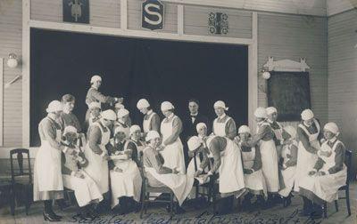 Lotta Svärd lääkärikurssilaiset ja lääkäri Säkylässä. Valokuva on otettu todennäköisesti 1920-luvulla. Valok. Frans Vilhelm Linja, Rauma.