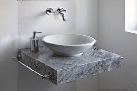 Minimalistisches Badezimmer Von RAUM+. Idee Für Schlichtes Waschbecken Mit  Ablagefläche Unter Runder Waschschüssel. Silberne