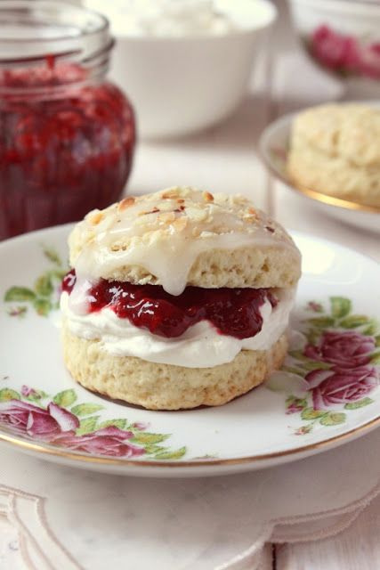 rustic kitchen - cooking at home: homemade scone with jam. [use the translator on the right to get English.]
