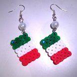 Orecchini pendenti realizzati con hama beads, omaggio al Bel Paese! I tricolore sono ulteriormente impreziositi da perle bianche e strass verdi, che li fanno brillare! ****** Tutti gli oggetti in...