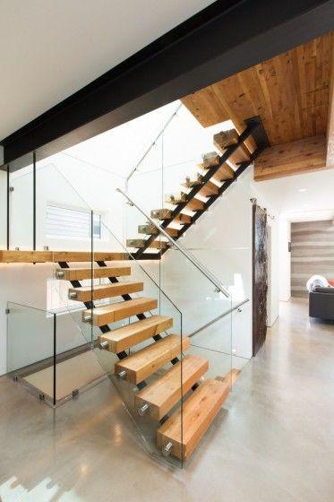 Fachada de casa moderna de dos pisos ecológica, con decoración de - diseo de escaleras interiores