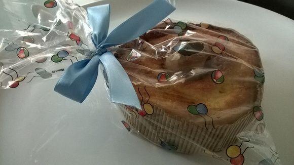 Mini bolo com 14 cm de diâmetro e 4 de altura, em forma de papel descartácel, embalado em celofane. Acompanha tag e fita de cetim.