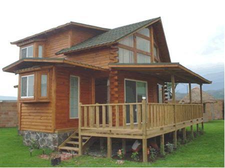 Esta construccion en madera cuenta con una terraza techada for Construccion de casas en terrazas