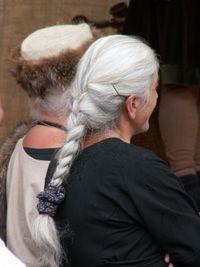 Frau sucht mann mit langen haaren