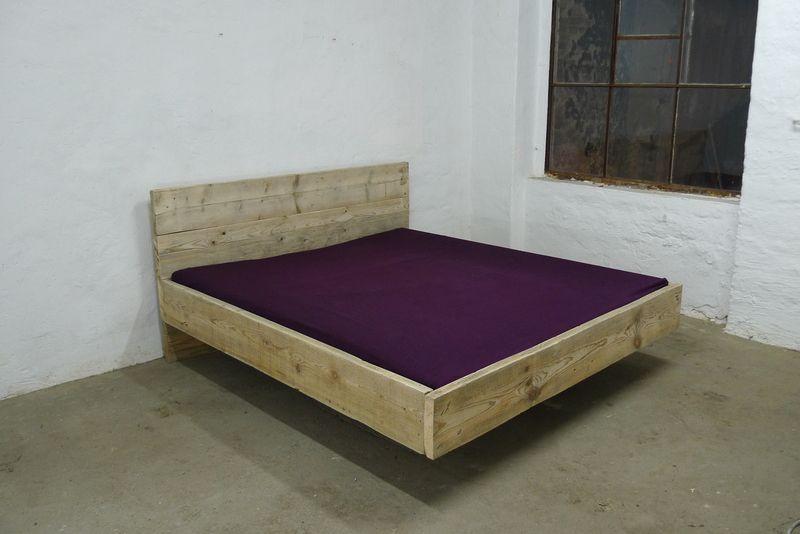 Holzbett schwebend  Bett aus Bauholz! 200 x 200 Schwebend von UpCycle-berlin via ...