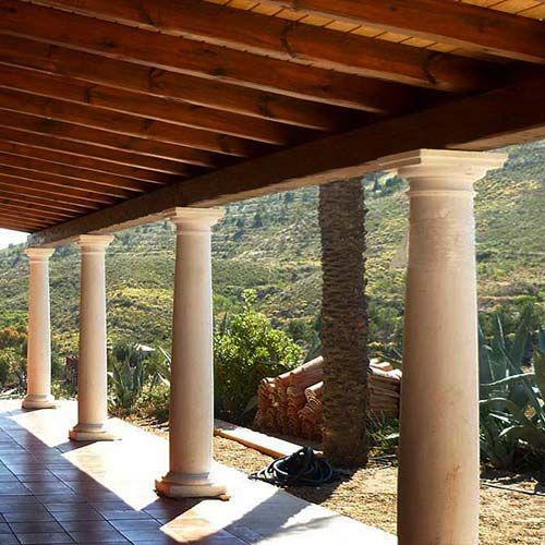 Porche r stico en madera sobre pilares de obra para - Pilares y columnas ...