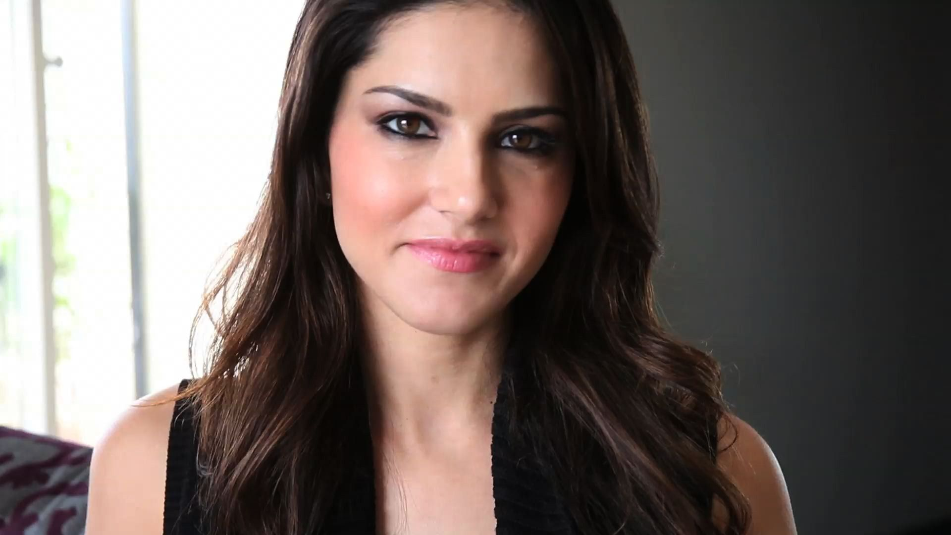 Smile Face Of Bollywood Actress Sunny Leone Hd Wallpapers