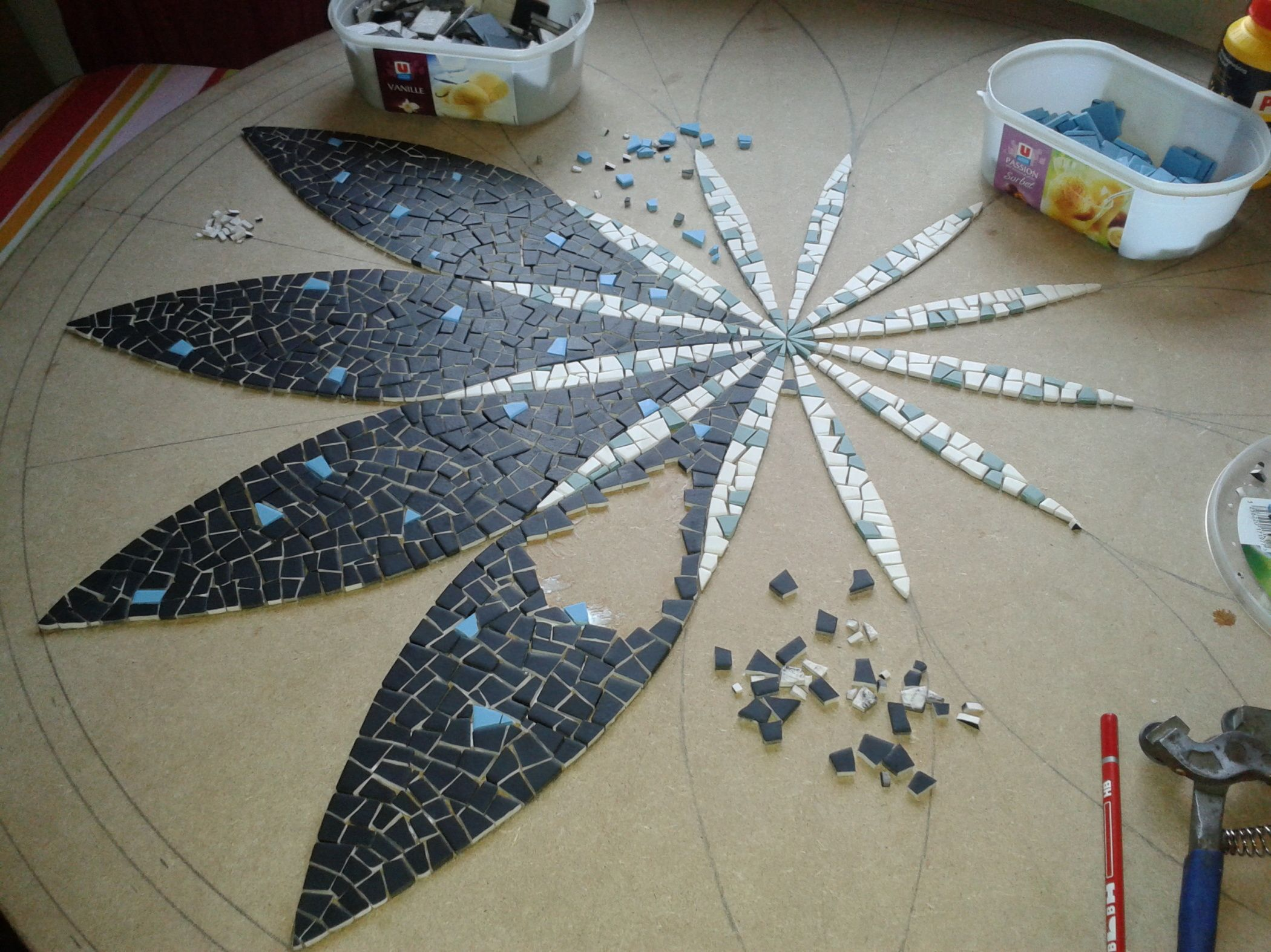 plateau de table en mosa que mandala fleur mosa ques. Black Bedroom Furniture Sets. Home Design Ideas