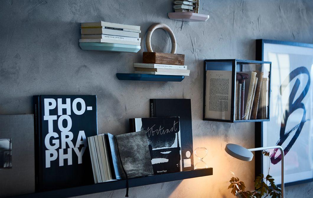 活字中毒のあなた。IKEA MOSSLANDA モッスランダ アート用飾り棚(ブラック)など、ディスプレイボックスや飾り棚を使ったギャラリーウォールで、愛読書を見せながら  ... b37eb6dfd5df1