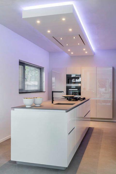 Keuken in strak design met verlaagd plafond tevens kleur en verlichtingsplan verzorgd door bad - Design keuken plafond ...